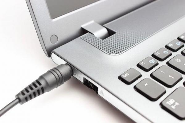Có nên vừa sạc vừa dùng laptop? Cách sạc laptop hiệu quả